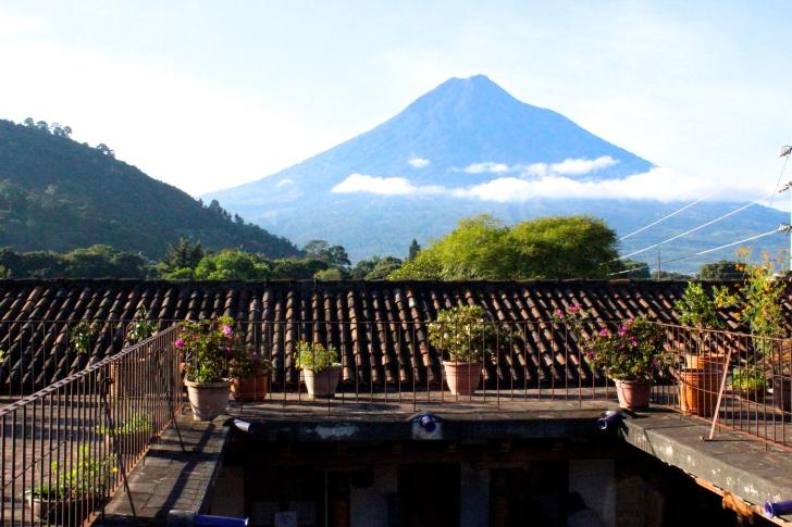Vista del Volcán de Agua desde la terraza // Photo by The Catflower